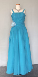 ピアノやクラシックの発表会に、鮮やかなカラーのドレス。