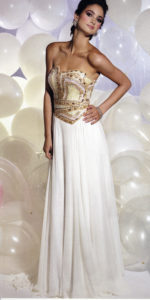 ゴールドのストーンとスパンコールがゴージャスな白ドレス