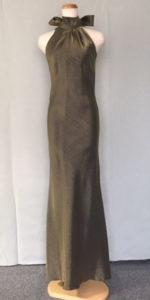 いぶしゴールドのスレンダードレス。シンプルなデザイン