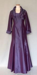 若い母のシルクアンサンブルドレス