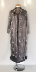 シルバーグレーのコート・アンサンブルドレス