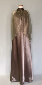 楽に着れる大きなサイズのイブニングドレス