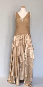 ゴールドカラーのイブニングドレス