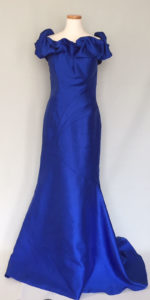 ロイヤルブルーの豪華なイブニングドレス
