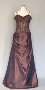 レッドカーペットを歩く女優ドレス