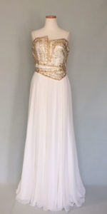 ゴールドのビジューが豪華な白ドレス