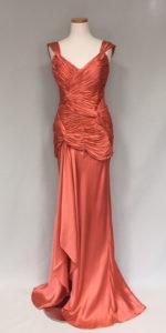 スレンダーなラインのイブニングドレス