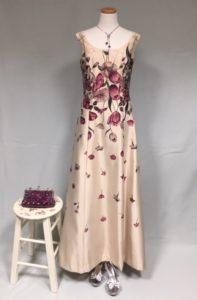ボルドーカラーのイブニングドレス