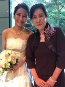 ウェディングドレスの花嫁と母